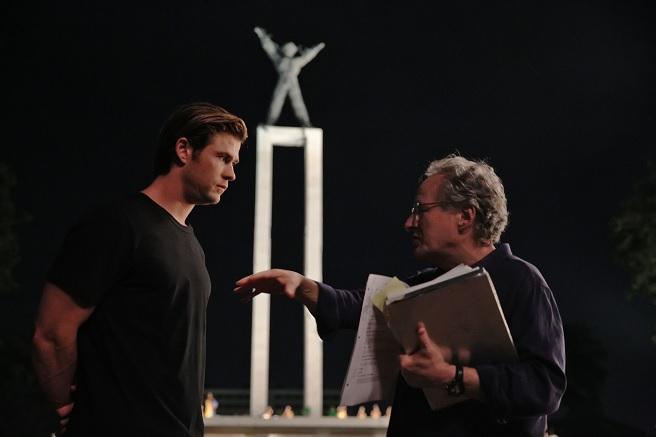 Chris Hemsworth en train d'écouter les leçons du Master Mann...